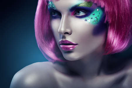 분홍색 머리와 분홍색 입술을 가진 여자