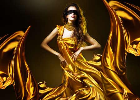 황금 직물 및 마스크, 관능적 인 성인 여성 스톡 콘텐츠