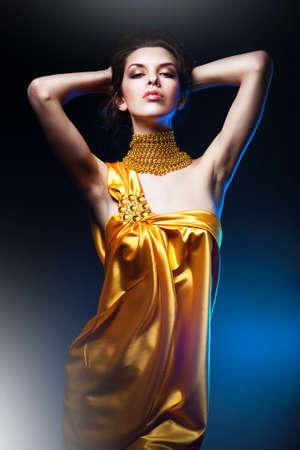 노란 드레스에 관능적 인 매력적인 여자 스톡 콘텐츠