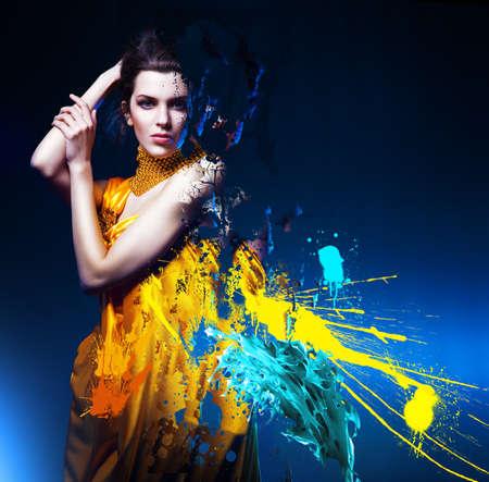 donna sexy: sensuale donna sexy in abito giallo lungo e splatter Archivio Fotografico