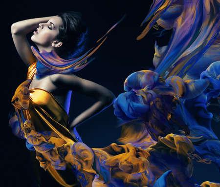 festékek: érzéki nő és a festék hullámok