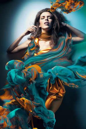 fille sexy: femme sexy dans les vagues de peinture
