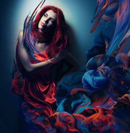 페인트 파도에 빨간 머리를 가진 여자 스톡 콘텐츠