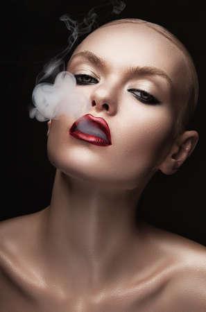입에서 연기와 뜨거운 여자