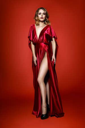 Соблазнительная девушка в красном платье