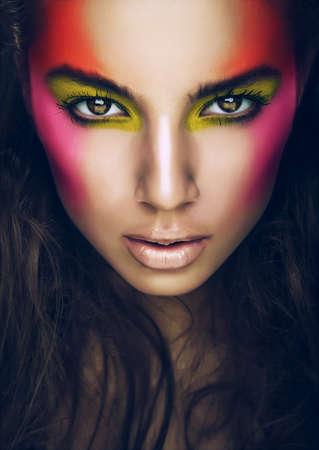 ojos marrones: chica caliente con sombras de ojos en la cara