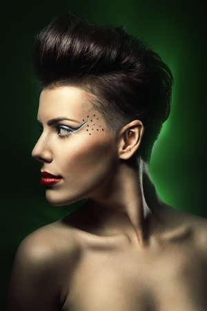 modelos negras: mujer con los labios rojos en la luz de color verde oscuro