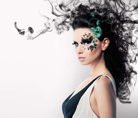 갈색 머리 여자와 연기에 모조 다이아몬드의 얼굴 아트 스톡 콘텐츠