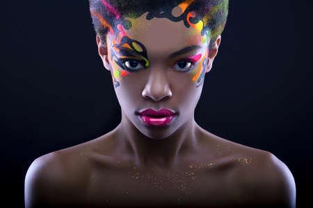 Arfican meisje met creatieve neon make-up op zwarte achtergrond Stockfoto