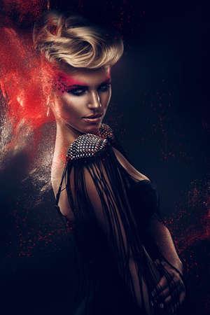 weiblich: blonde Frau mit roten Pulvers