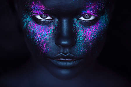 검은 페인트 및 네온 분말 소녀 스톡 콘텐츠
