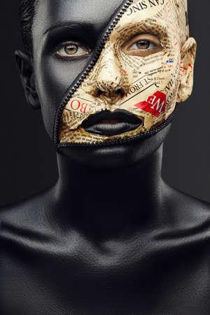 신문 및 잠금 체결에서 검은 피부와 메이크업 소녀