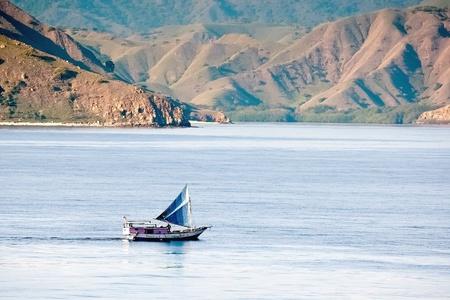 komodo: Scenic paesaggio marino con barca di pescatori, Isola di Komodo Indonesia