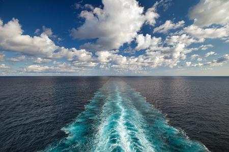 despertarse: Vista al mar desde la cubierta de un barco con el rastro estela