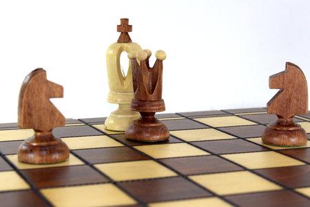 失われたチェスゲームは、チェスボード上の女王と2馬が白い王にチェックメイトを発表しました 写真素材