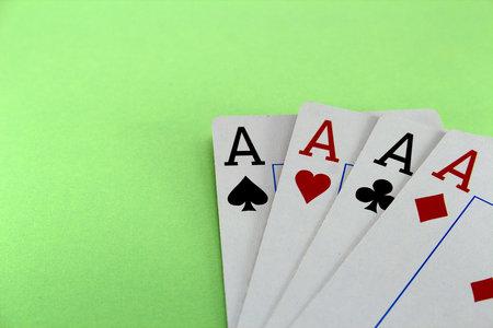 Vier Karten Ass auf einem grünen Hintergrund Nahaufnahme Standard-Bild - 98468278