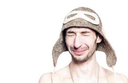 Привлекательный мужчина портрет отдыха в русской бане со шляпой на голове, изолированных на белом фоне