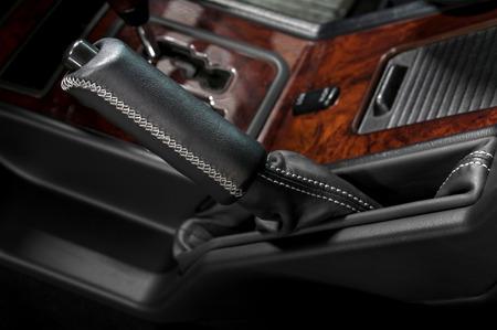 Ручной тормоз в автомобиле Auto внутренних деталей Фото со стока