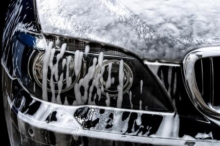 Auto wassen met zeep. Stockfoto