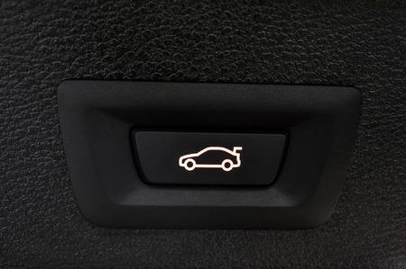 Автомобиль ствола кнопку закрытия. Авто деталь интерьера. Фото со стока