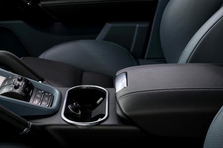 Auto Innenraumausstattung. Lederarmlehne.