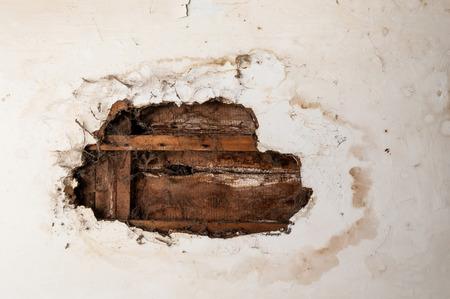 Wasser beschädigte Decke in einem alten verlassenen Haus. Standard-Bild - 40960487