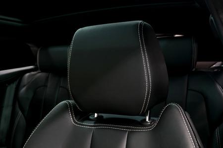 Moderne auto lederen hoofdsteun. Interieur detail. Stockfoto