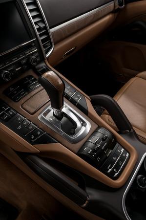 silhouette voiture: Luxe automatiques boutons de commande de transmission de voiture et levier de vitesses. Détail Intérieur.