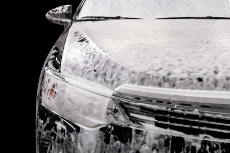 비누로 세차. 거품으로 덮여 현대 자동차.