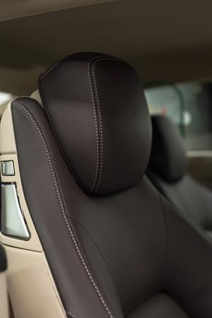 asiento coche: reposacabezas de cuero coche. Detalle interior. Foto de archivo