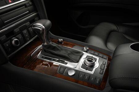 자동 변속기가 장착된 자동차 제어판. 인테리어 디테일.
