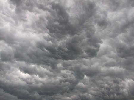 Dunkle, dichte und prächtige, graue Gewitterwolken