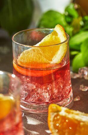 Deliciosos cócteles negroni con ginebra, vermú y rodajas de naranja cítrica y hielo. Foto de archivo