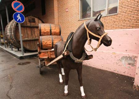 caballo bebe: Horse carrying a barrel of beer Foto de archivo