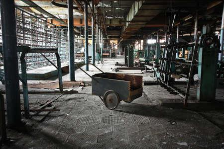 Carro en la fábrica abandonada