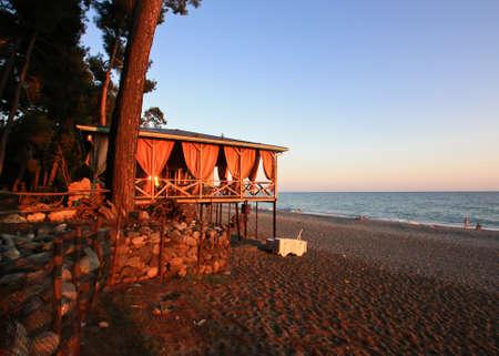 Cafe auf dem Meer bei Sonnenuntergang Standard-Bild - 65288462