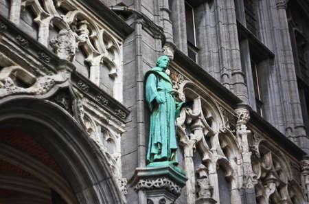 Bronze-Statue auf dem Rathaus von Brüssel Standard-Bild - 65288540