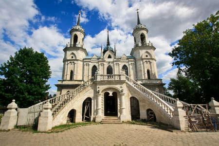 Weiß neugotische Kirche Standard-Bild - 65288547