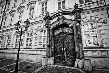 Schwarz und weiß alten majestätischen Tür in Prag Standard-Bild - 65289379