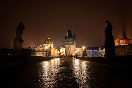 Karlsbrücke in Prag bei Nacht Standard-Bild - 69979258