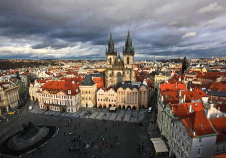 Tyn Kathedrale in Prag bei bewölktem Wetter Standard-Bild - 69067291