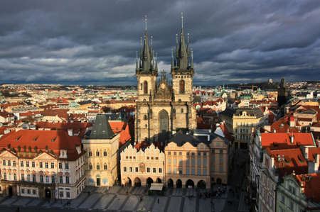Prag Teynkirche bei trübem Wetter Standard-Bild - 69066784
