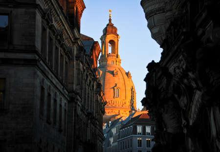 Frauenkirche bei Sonnenuntergang Standard-Bild - 71439311