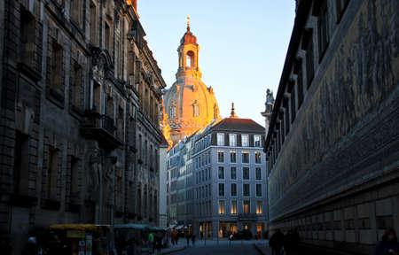 Frauen bei Sonnenuntergang, Dresden Standard-Bild - 71865876