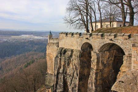 Bogenbrücke der alten Burg-Festung Standard-Bild - 69957508