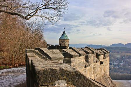Festungsmauer der deutschen Burg Königstein Standard-Bild - 69906598