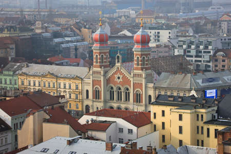 Great synagogue in Plzen from rooftop Standard-Bild