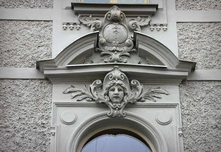 Stuck Gesicht an der Wand des Hauses Standard-Bild - 71439293
