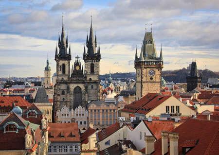 Türme und rote Dächer von Prag Standard-Bild - 69057147