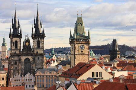 Türme und rote Dächer von Prag Standard-Bild - 69068126